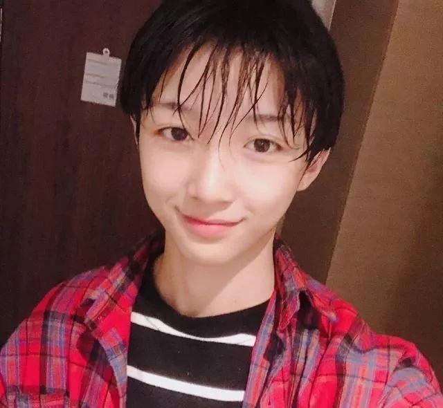 超美16岁网红被曝直播整容丑照,当事人道歉跪求原谅:我只想更像女孩…