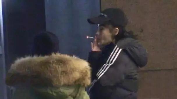 Baby手指戴钢板疑骨折,换药仍不忘抽烟,手势娴熟烟龄超十年?