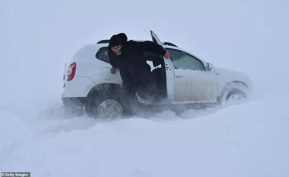欧洲的雪下得停不下来,简直末日即视感...